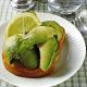 Avocado Toast, Avocadosalat und Avocado mit Vinaigrette-Soße