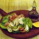 Lecker belegtes Brot und Knäckebrot mit Tomaten und Zwiebel