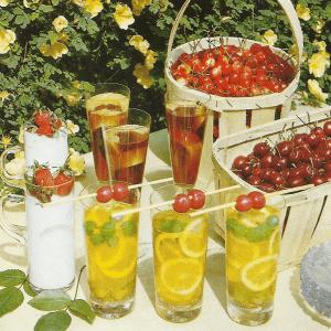 Sommer im Glas und Eistee- kühles Getränk für warme Tage