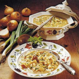 Pikante Erbsensuppe und deftige Erbseneintopfsuppe mit Speck