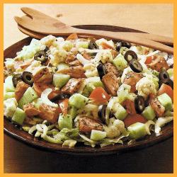 Hähnchensalat mit Gemüse und Urlaubssalat mit Hähnchen