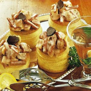 Knoblauch Brot mit Sahne-Champignons und Königin-Pasteten