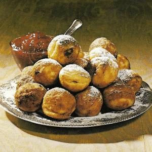 Rheinische Apfeltorte und gebackene oder frittierte Apfelkrapfen