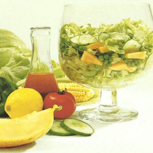 Schöner frischer grüner Salat und Melone in grünen Salat