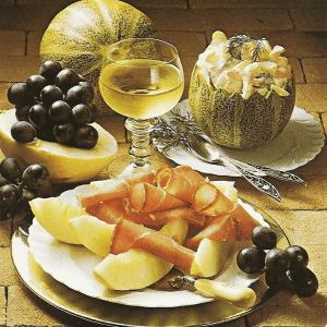 Garnierte Champignonschnitten und Melone mit Schinken, Melonencocktail