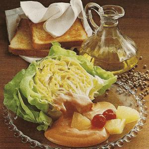 Gefüllte Frische Salatbrötchen und garnierte Salatherzen