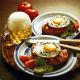 Berliner Strammer Max auf Brot und frischer Tatar garniert