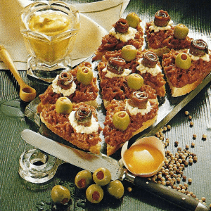Canapes oder Appetithappen und Tatarhäppchen mit Oliven