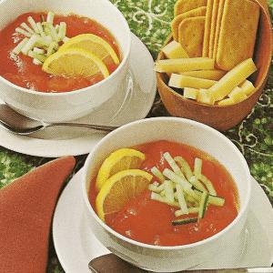 Käsesalat in Tomaten gefüllt und Kaltes Tomatengelee garniert mit Salatgurke