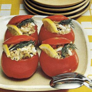 Matjesrollen auf Eis und Meeresfrucht-Medaillon und leckeren Thunfisch in Tomaten