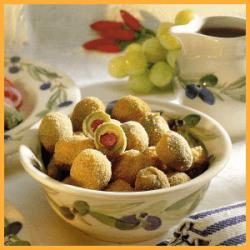 Umhüllte Oliven mit Semmelbröseln und Käsebällchen