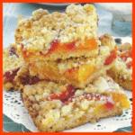 Einfacher Streuselkuchen vom Blech Pfirsich-Krümel-Schnitten und Kirsch-Blondies mit Kokossplittern
