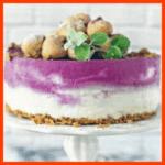 Blaubeer-Windbeutel-Torte mit Amarettini und Pistazien-Ricotta-Kranz