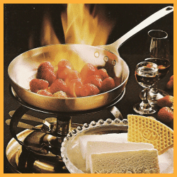Flambierte Erdbeeren auf Eis und Eistorte mit Blaubeeren