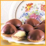 Gefüllte Schokoladentörtchen und Hippen mit Sahnefüllung