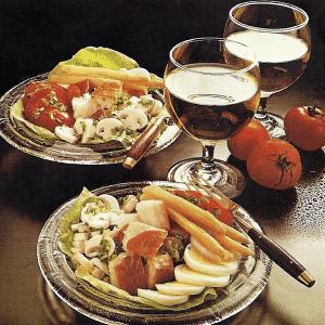 Feiner Spargelteller und kalte Platte leckere Speisen für Kaloriensparer