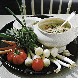 Grüne Sommersuppe und bunte Suppe aus frischem Gemüse
