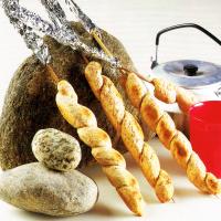 Tomaten-Sardellen-Schnitten und Steckerl-Brot
