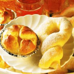 Zuckerkringel, Vanille-Törtchen und Frühstückskranz